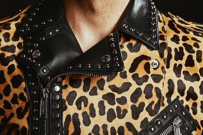 Mann in leopard-print leather jacket - p1540m2237772 by Marie Tercafs