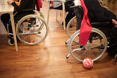 Age demented senior women with wheelchairs in a nursing home - p300m2219188 by Heinz Linke