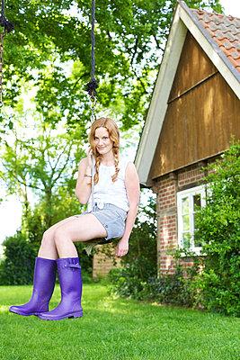 Frau auf der Schaukel - p606m933983 von Iris Friedrich