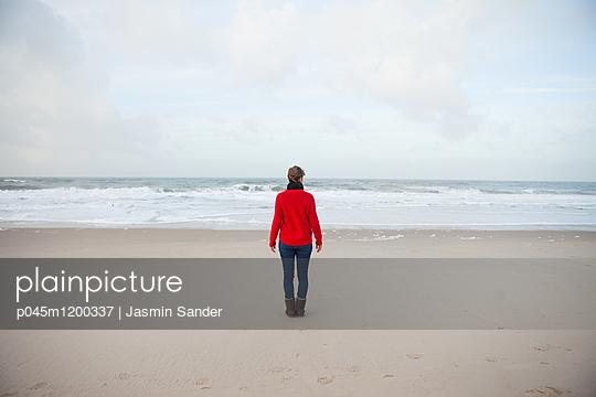 Frau allein am Meer - p045m1200337 von Jasmin Sander