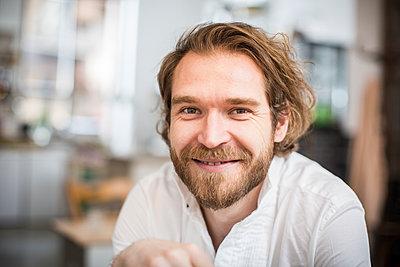 Porträt eines Mannes mit Bart - p1284m1466676 von Ritzmann