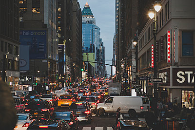 Feierabendverkehr in New York - p1345m1222201 von Alexandra Kern