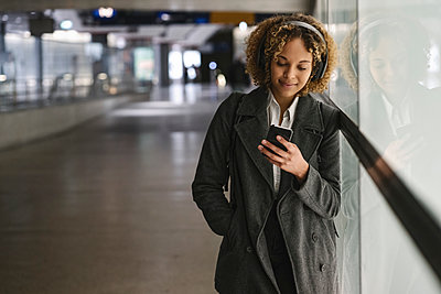 Woman with headphones and smartphone - p300m2143478 by Hernandez and Sorokina