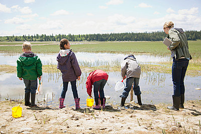 Elementary school children on a field trip. - p328m718413f by Hero Images