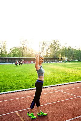 Sportliche Frau - p904m1031363 von Stefanie Päffgen