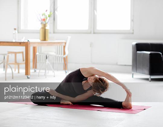 Yogapose - p1212m1123412 von harry + lidy