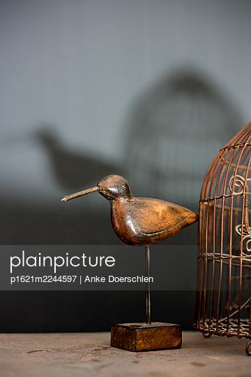 Vogelfigur neben Vogelkäfig - p1621m2244597 von Anke Doerschlen