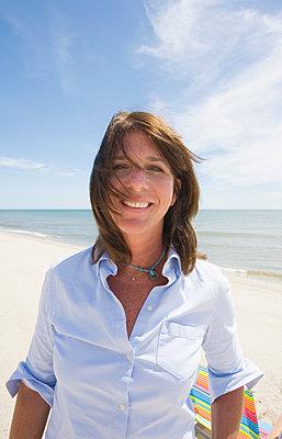 United States, Massachusetts, Nantucket Island, Portrait of smiling woman on beach - p1427m2271681 by Chris Hackett