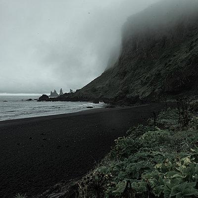 Steep coast in the fog at dusk, Iceland - p1624m2195966 by Gabriela Torres Ruiz