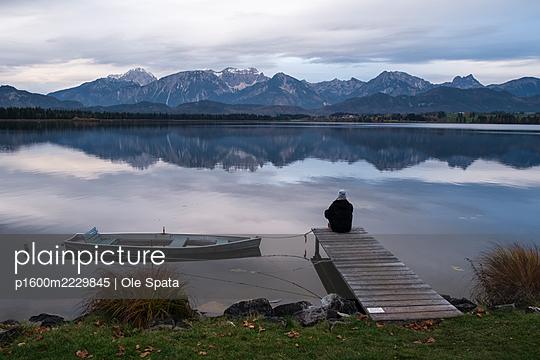 Deutschland, Bayern, Hopfensee, Frau an einem Bergsee - p1600m2229845 von Ole Spata