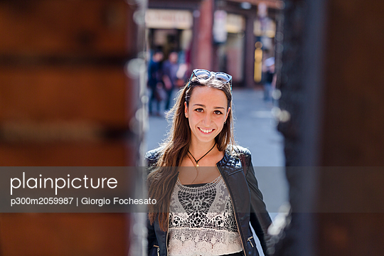 Portrait of fashionable young woman in the city - p300m2059987 by Giorgio Fochesato