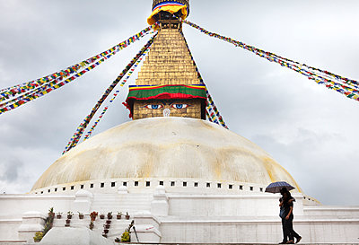 Couple at the foot of a stupa - p1513m2044508 by ESTELLE FENECH