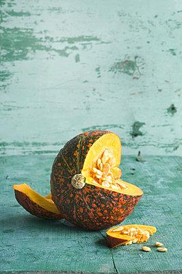 Sliced flecked Hokkaido pumpkin - p300m2059858 by Achim Sass
