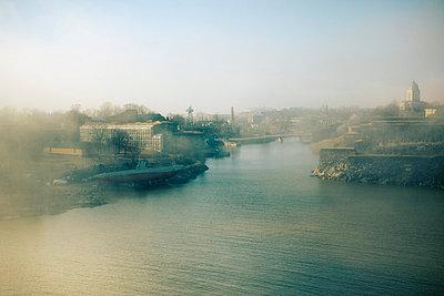 Suomenlinna in fog - p3226905 by Simo Vunneli