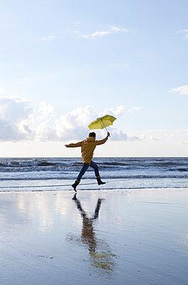 Woman walking along the seaside - p4540910 by Lubitz + Dorner