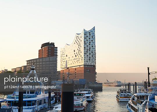 Elbphilharmonie und Hamburger Hafen - p1124m1149978 von Willing-Holtz
