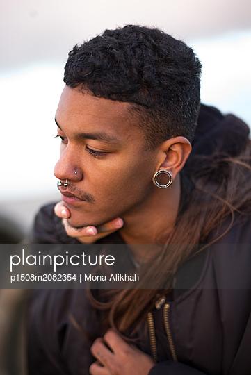 Junger Mann mit Piercings - p1508m2082354 von Mona Alikhah