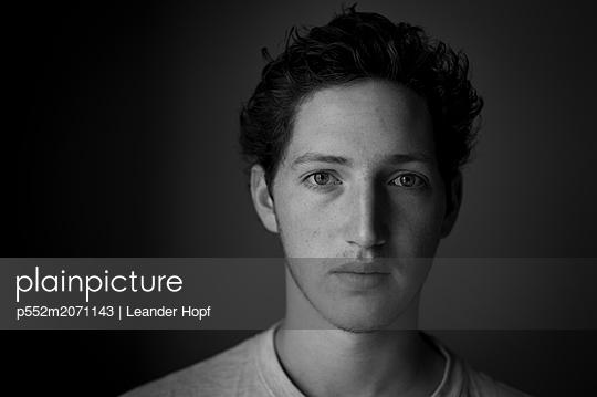 Young man, portrait - p552m2071143 by Leander Hopf