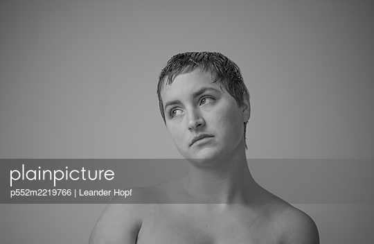 Portrait of woman with bare chest - p552m2219766 by Leander Hopf