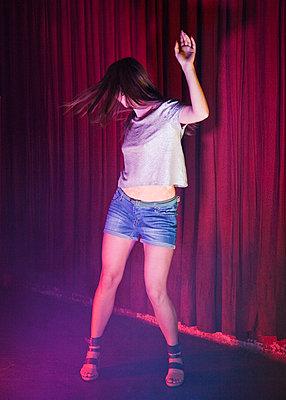 Junge Frau tanzt - p1008m1169088 von Valerie Schmidt