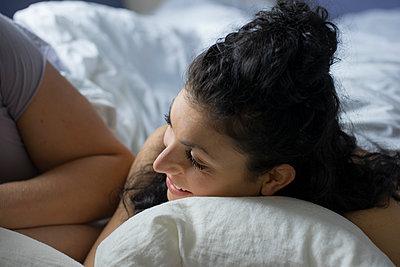 Paar im Bett - p1212m1178883 von harry + lidy
