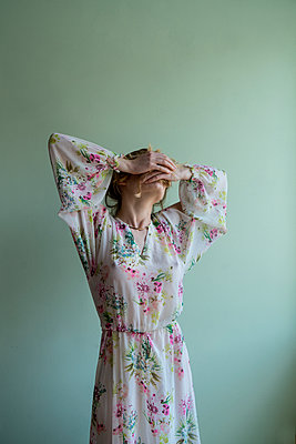 Woman wearing floral dress - p427m2092649 by Ralf Mohr