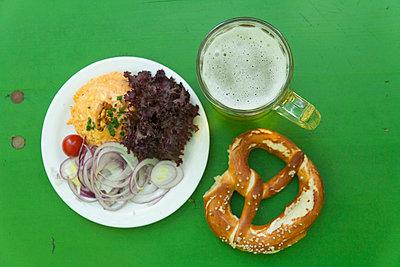 Mahlzeit im Biergarten - p867m660742 von Thomas Degen