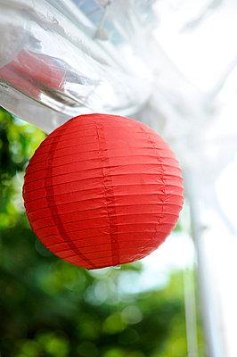 Rote Laterne - p949m757982 von Frauke Schumann