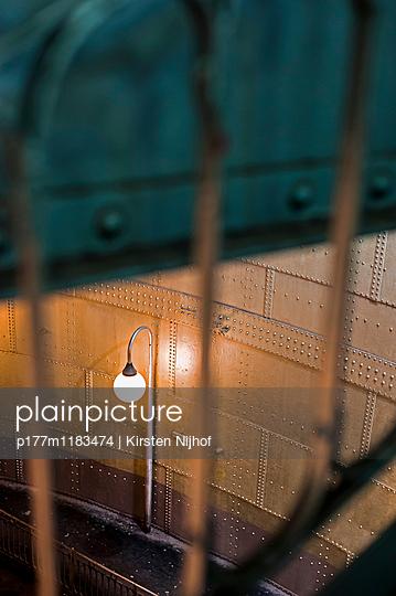 Lampe einer Pariser Metro Station - p177m1183474 von Kirsten Nijhof