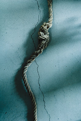 Rope with knot, shadow of hand - p300m1189286 by Achim Sass