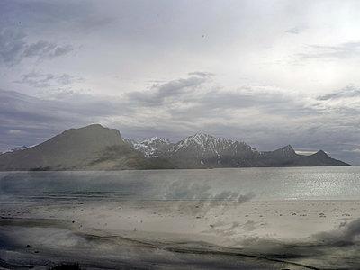 Landschaft, Lofoten - p945m1497429 von aurelia frey