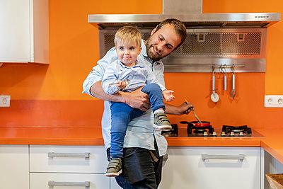 Father with children at home/SPAIN/ALICANTE/ALICANTE - p300m2274326 von Javier De La Torre Sebastian