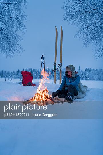 plainpicture - plainpicture p312m1570711 - Winter camping - plainpicture/Johner/Hans Berggren