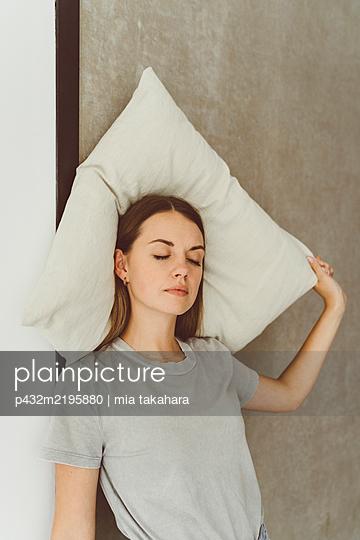 Junge Frau mit Schlafproblemen - p432m2195880 von mia takahara