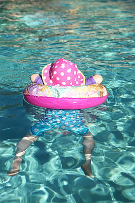 Swimming baby - p045m901474 by Jasmin Sander