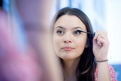 Junge Frau im Spiegel - p1212m1526002 von harry + lidy