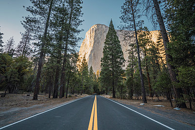 USA, California, Yosemite National Park, road and El Capitan - p300m2070422 by Kike Arnaiz