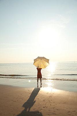 Enjoying the sun - p454m1065152 by Lubitz + Dorner