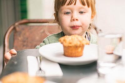 Girl (2-3) looking at cupcake - p924m2271225 by Tamboly