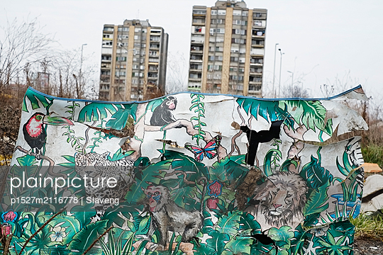 Plastic material with animal motifs in front of highrise buildings - p1527m2116778 by Slaveng