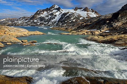 Greenland, East Greenland, river flowing into Sammileq Fjord - p300m1587256 von Egmont Strigl