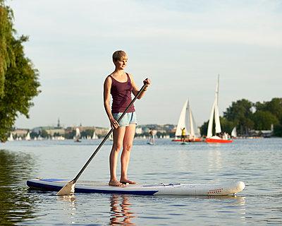 Stand up Paddle in Hamburg - p1124m1055771 von Willing-Holtz