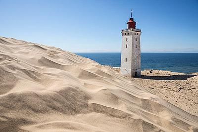Weisser Leuchtturm an der Rubjerg Knude vor der blauen Nordsee - p1162m1486631 von Ralf Wilken