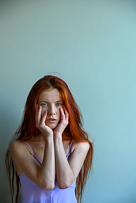Red-haired woman with hands on chin - p427m2210313 by Ralf Mohr