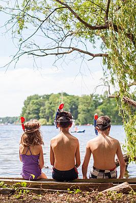 Drei Kinder in Badekleidung am Seeufer - p1394m1439916 von benjamin tafel