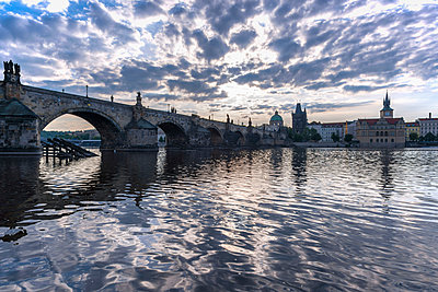 Czechia, Prague, view to the historic city with Old Town Bridge Tower and Charles Bridge - p300m1205281 by Walter G. Allgöwer