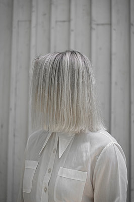 Young woman with platinum blonde hairstyle - p552m1564903 by Leander Hopf