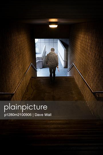 Teenager läuft mit blutigem Messer durch einen Tunnel - p1280m2100906 von Dave Wall