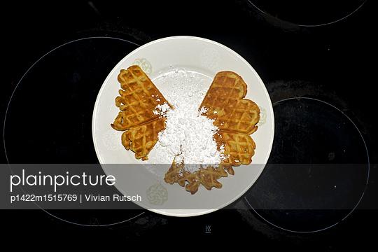 Waffeln mit Puderzucker - p1422m1515769 von Vivian Rutsch