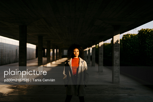 Young woman in a parking garage - p300m2167535 by Tania Cervián